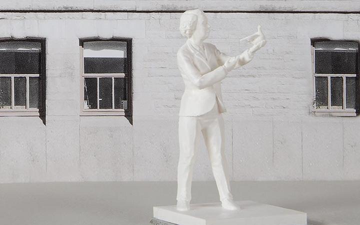 Konstnären Johan Malmströms skiss av statyn över Ingrid Segerstedt Wiberg som håller en fredsduva
